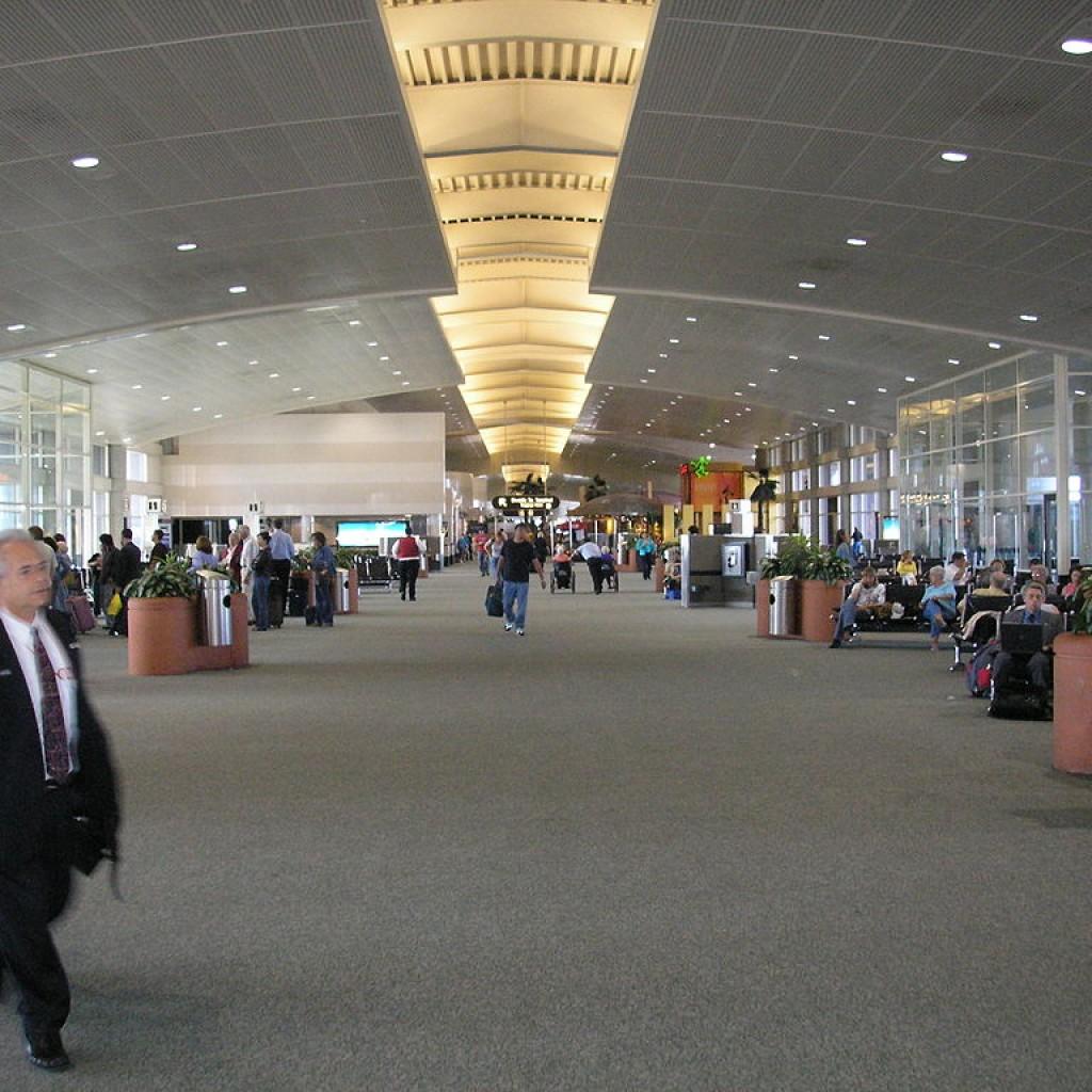 1024px-Tampa-international-airport-interior-1024x1024.jpg