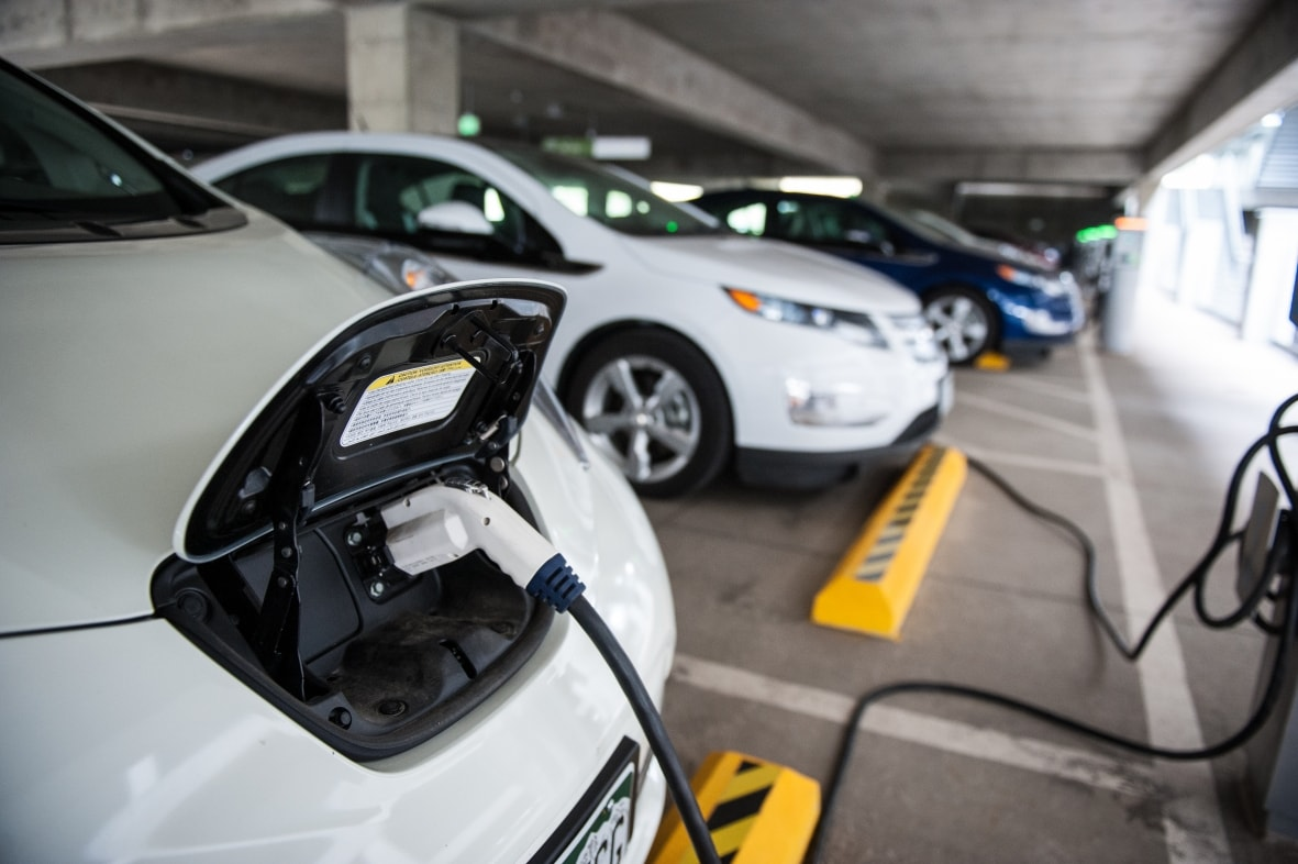 PEVs-w-chargers-from-NREL-26669_0.jpg