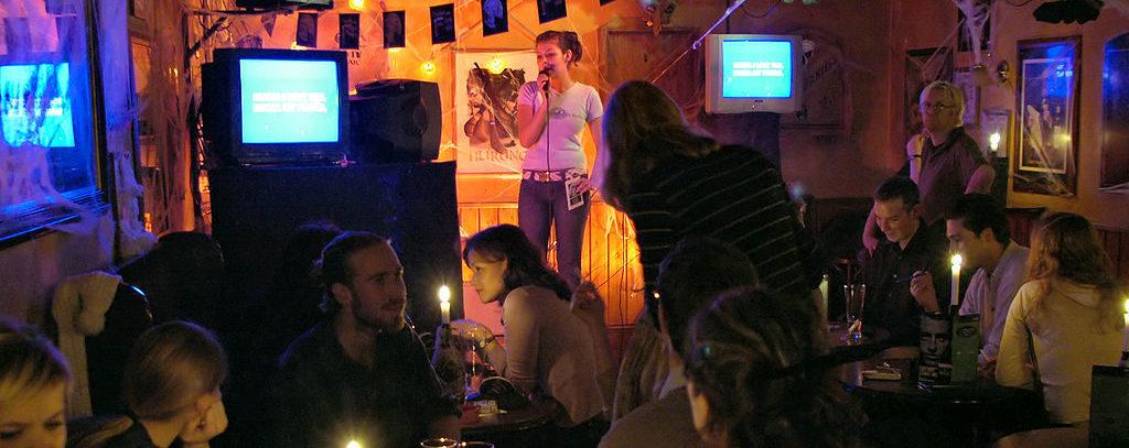 1024px-Karaoke-irish-pub-e1526051954677.jpg