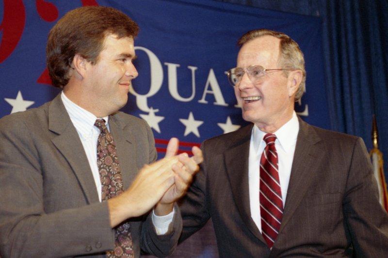 George_H._W._Bush_and_Jeb_Bush_in_1992.jpg