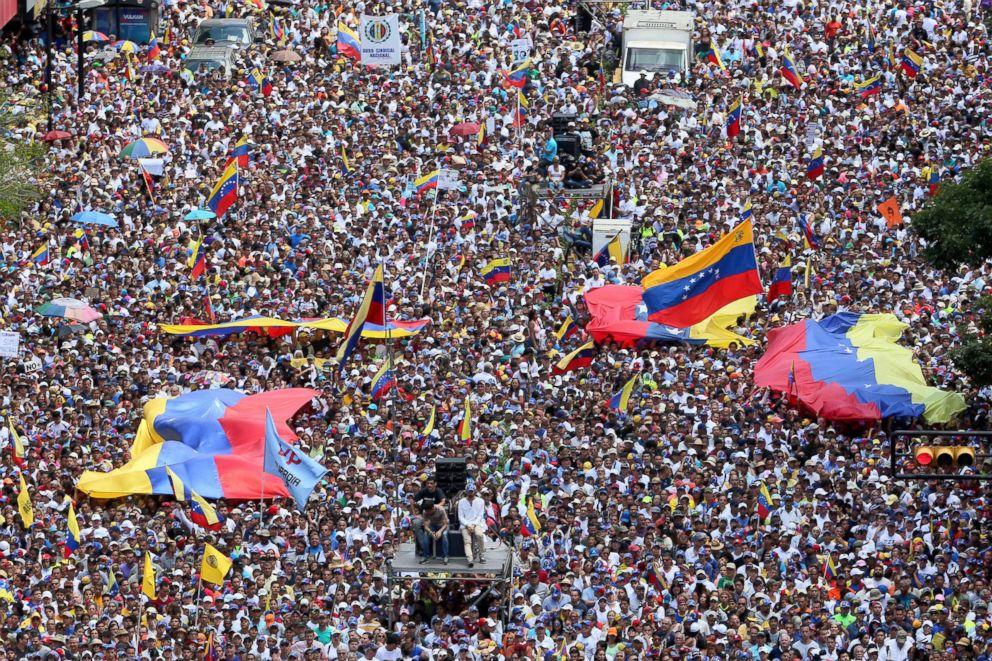 venezuela-crisis-02-crowd-gty-jc-190213_hpEmbed_3x2_992.jpg