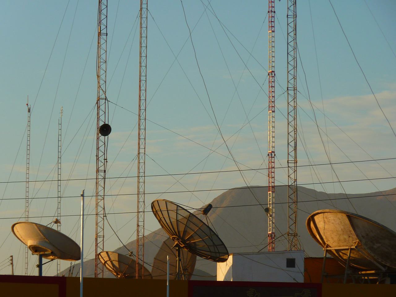 satellite-dishes-43232_1280.jpg