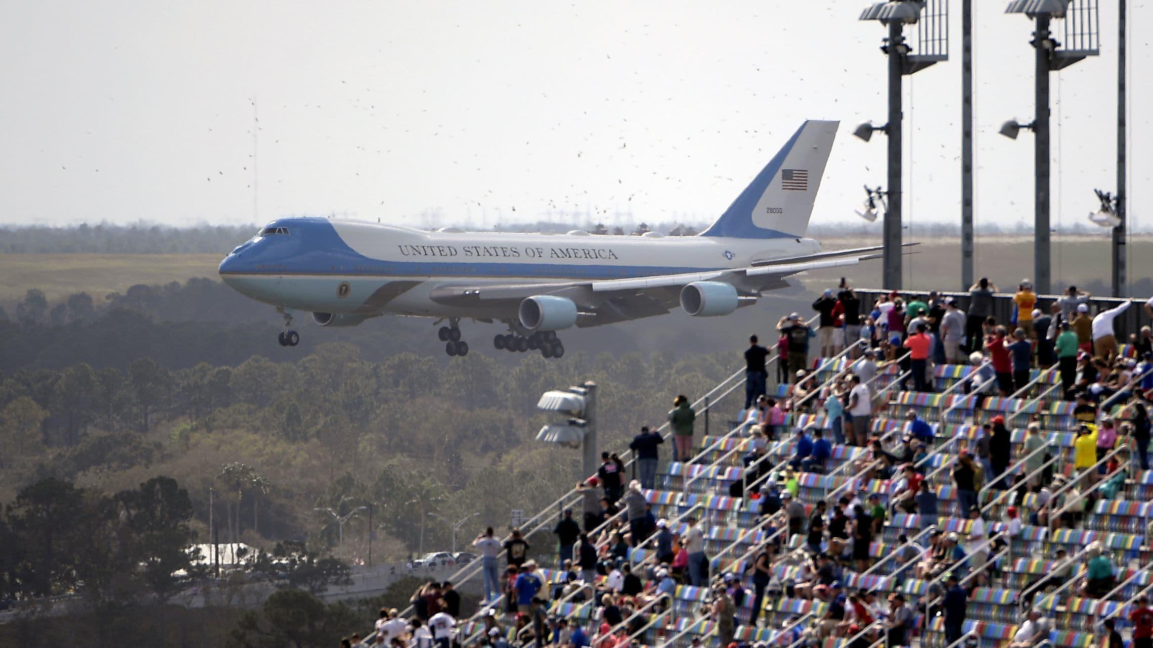 trump-donald-air-force-one-at-daytona.jpg