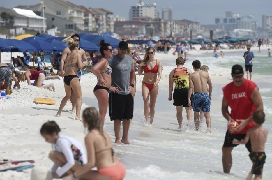 Beachgoers-in-Destin..jpg