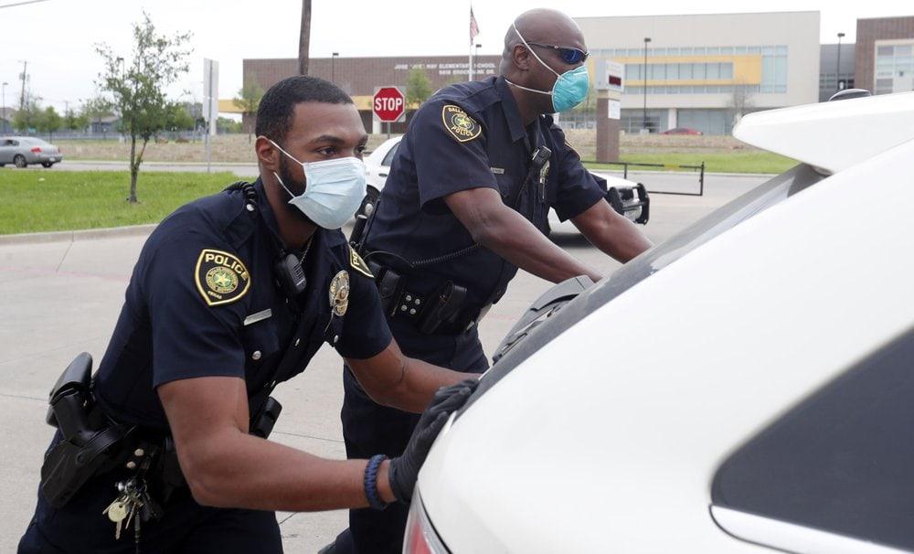 Dallas-cops-push-a-car.jpeg