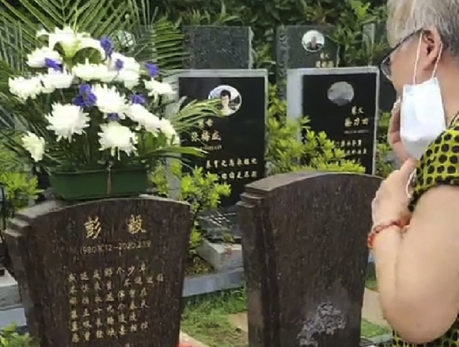 Grieving-mother-in-Wuhan-China..jpg