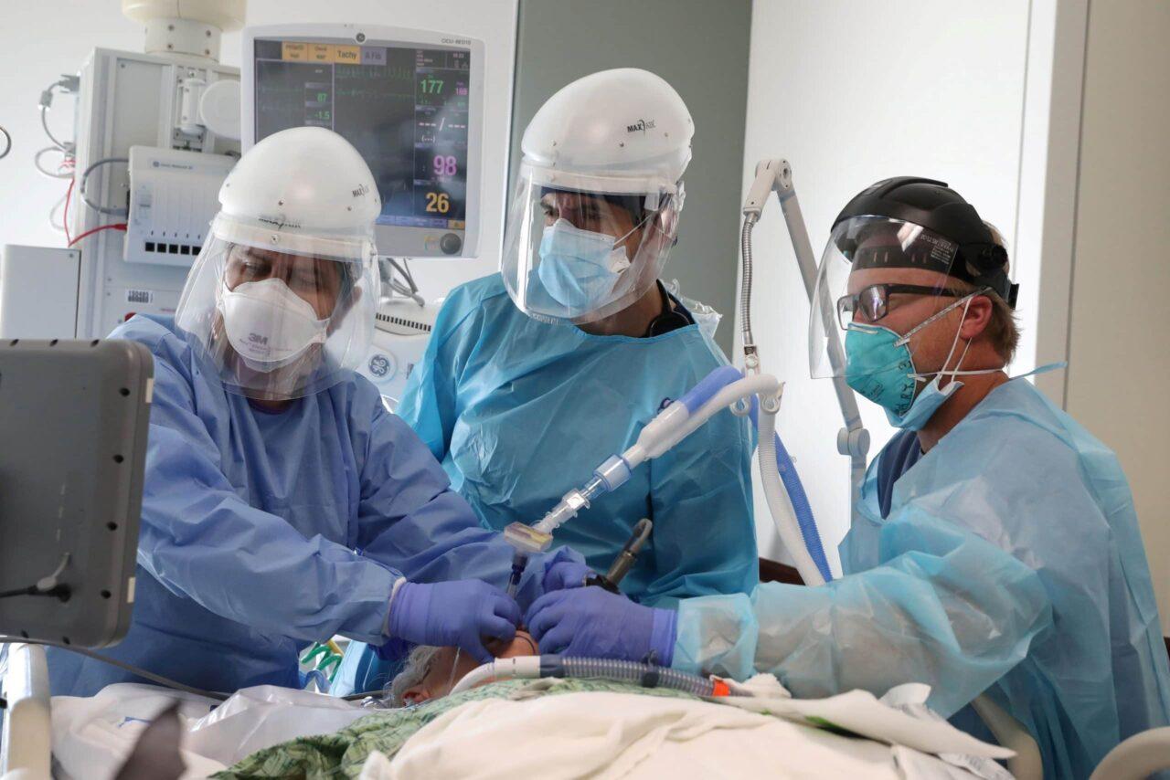 Amerikaanse-Covid-sterfgevallen-bereiken-record-onderzoekers-vinden-2-nieuwe-varianten-in-scaled-1-1280x854.jpeg
