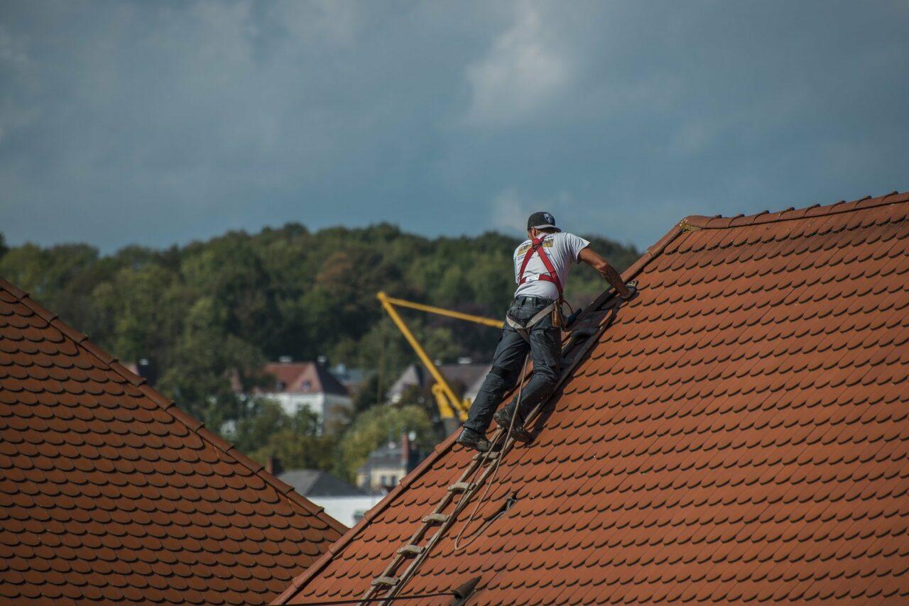 roofers-2891664_1920-1280x854.jpg