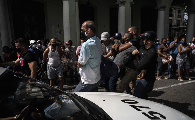 Arrest-of-protester-in-Cuba.jpg