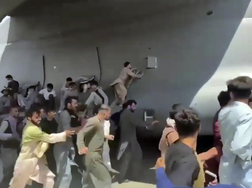 Afghans-mob-a-departing-U.S.-Air-Force-C-17.jpg